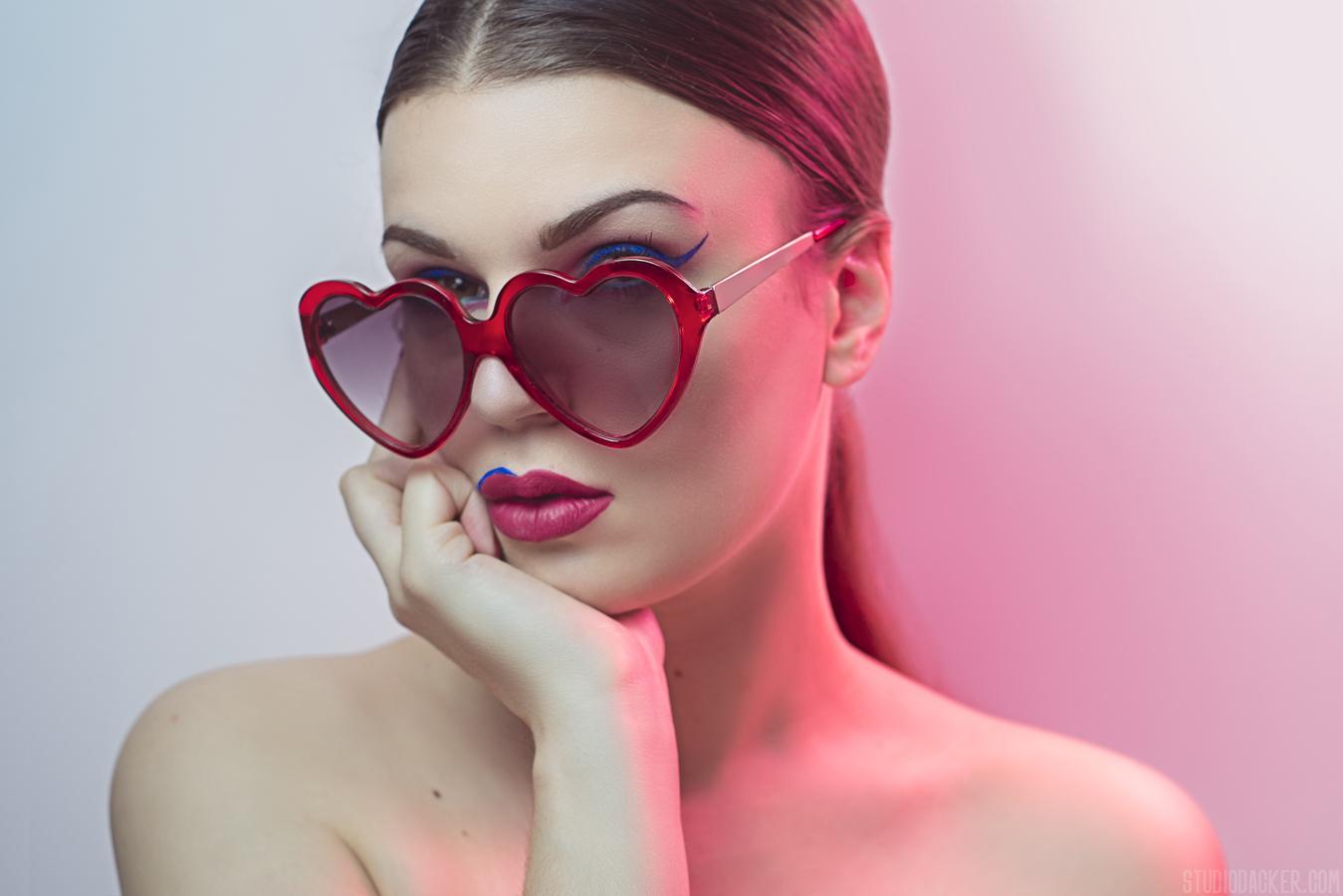 Autoportrait color block, lunette en coeur nuance de rouge rose avec sous ton bleu