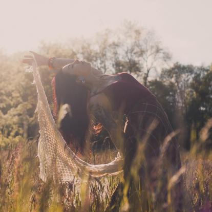 Portrait de kat pinoope dans les champs, style retro et cottage. Photographie couleur par Caroline Duballet - Studio Dacker / StudioDacker photographe à Tours(37)